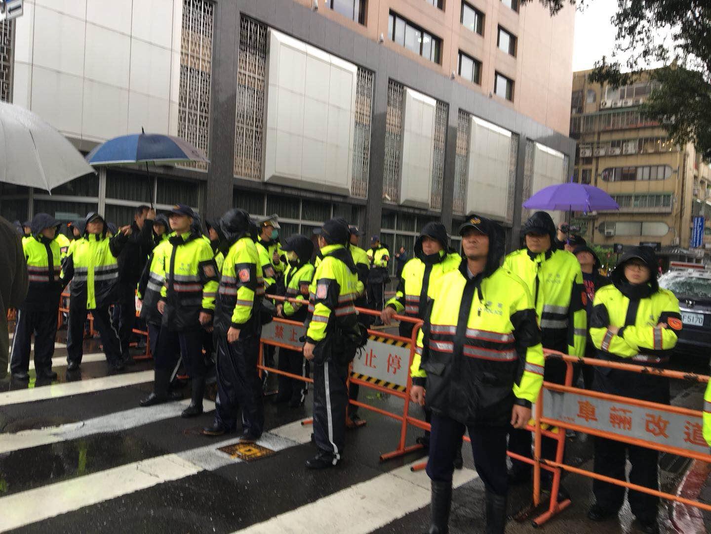 台劳工团体冒倾盆大雨抗议修法 与警方发生冲突
