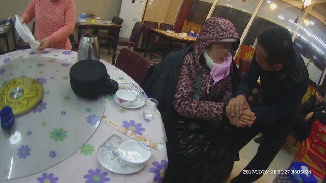 澳门首家线上赌城上线:女子坐地4小时被冻僵_4警察辅警轮番帮其搓手取暖