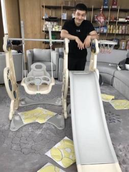 Baby豪宅曝光!黄晓明组装滑梯 柜子上囤15罐奶粉