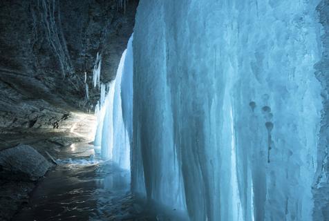 摄影师拍冰冻瀑布静态之美 似绿帘垂下