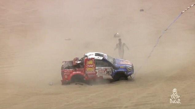 达喀尔拉力赛赛车陷入沙坡 翻滚9圈滚下沙丘