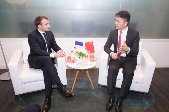 法国总统马克龙会见刘强东 签署20亿欧元备忘录