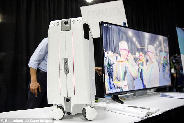 人工智能行李箱能够自动锁定跟随用户