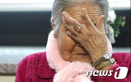 """韩国""""慰安妇""""老奶奶哭了:政府欺骗了我们"""