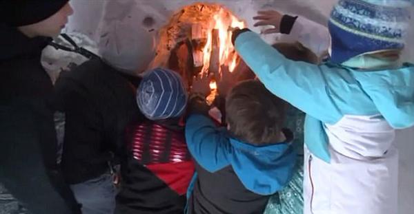 美国风暴过后市民自建冰屋 配备壁炉和彩灯