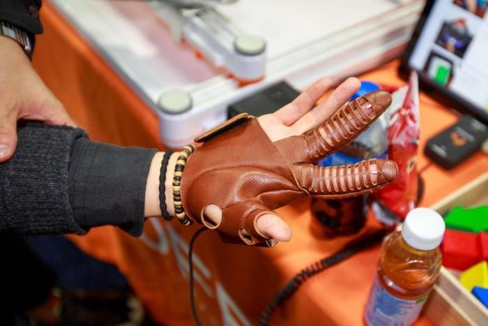 NeoMano机械手套可助麻痹手掌重获握东西能力