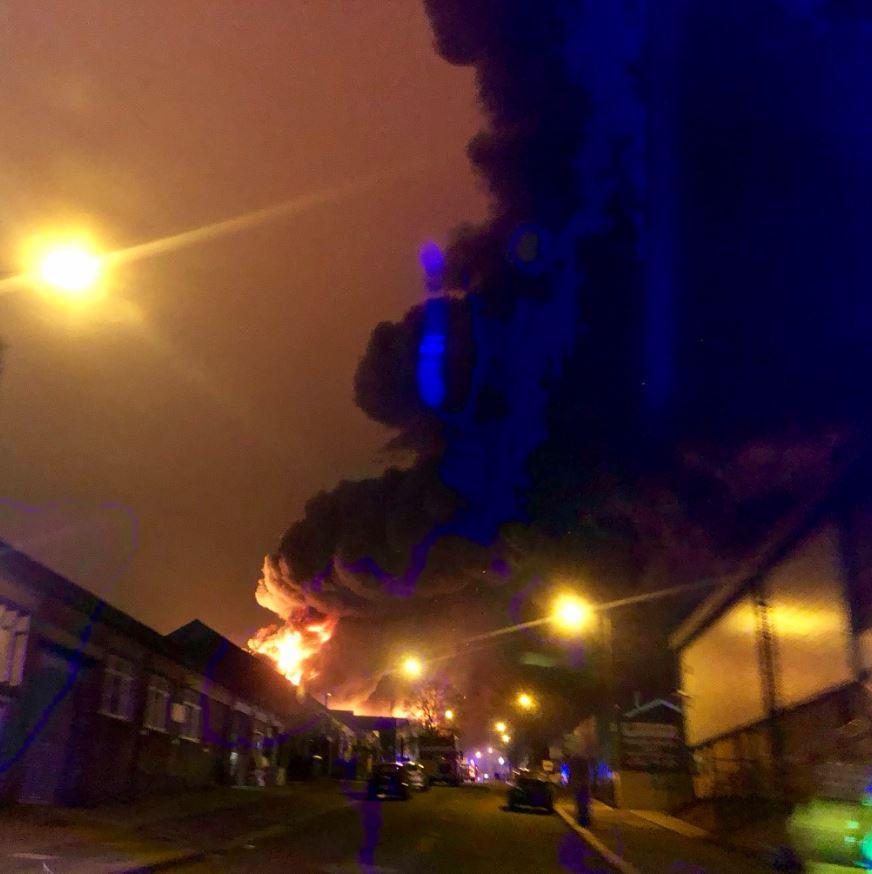 伦敦北部一油漆厂突发大火 浓烟遮天蔽日