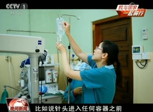 媒体:《战狼2》援非医生现实版 在非给艾滋病人做手术