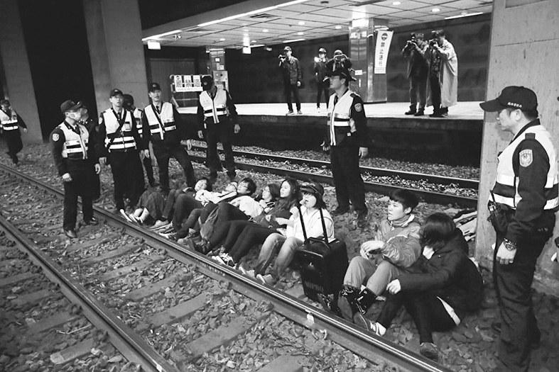 台劳工团卧轨抗议修法 岛内艺人:这次躺车站,下回躺机场