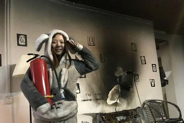 情侣抗寒使用取暖器不当致家中起火拍照自嘲