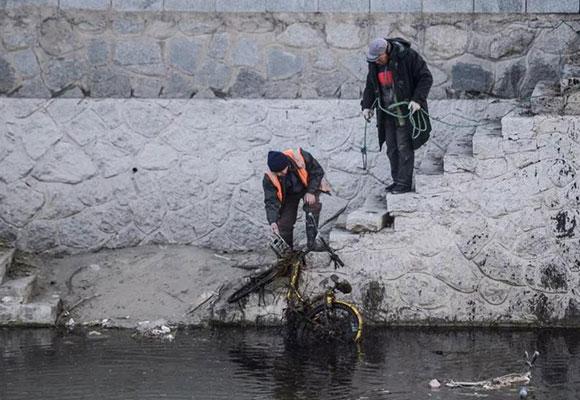 北京这条河道一年捞出千余辆共享单车