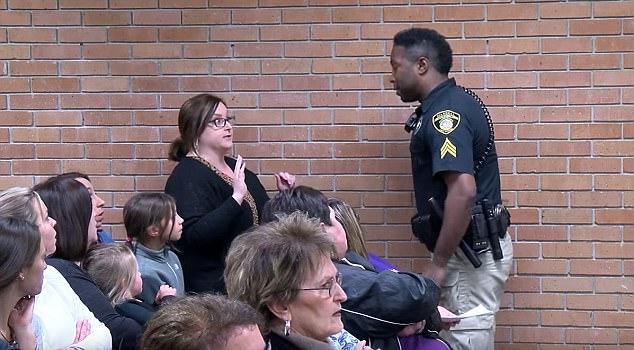 美教师校董事会上抗议薪资被戴手铐暴力驱逐