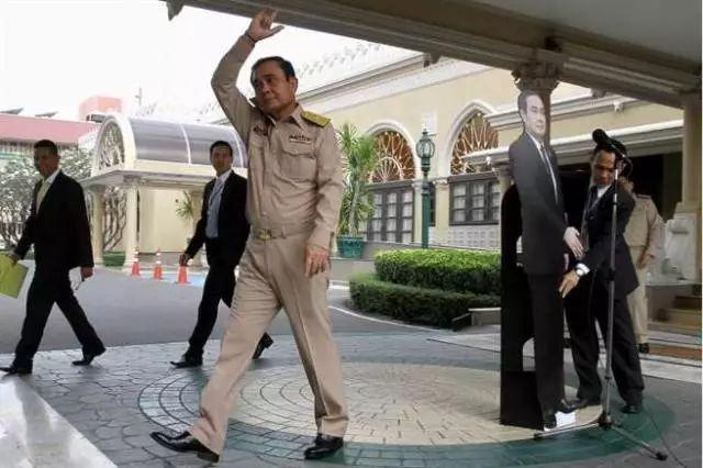 分身乏术?泰国总理用人形立牌答记者问