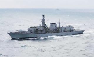 """英国护卫舰""""护送""""俄军舰通过英吉利海峡"""