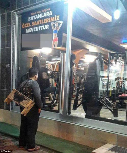 叙难民男孩健身房前流连 老板助其终身免费健身