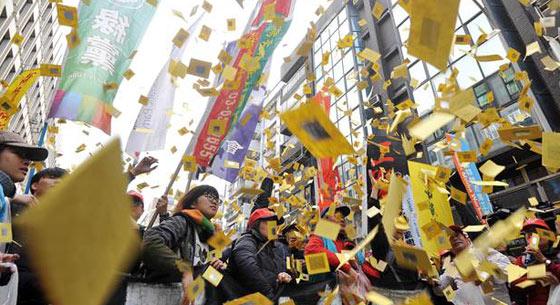 """台湾劳团:""""劳基法""""已死,将用选票唾弃民进党"""