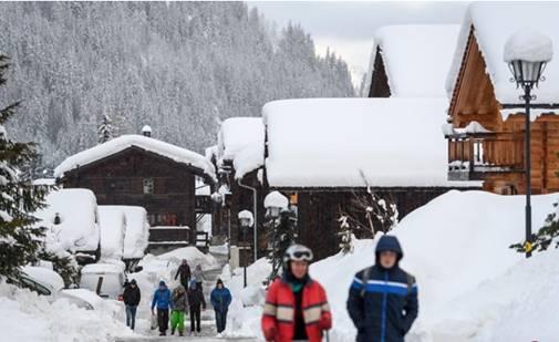 瑞士滑雪胜地连日暴雪 道路不通致1.3万游客受困