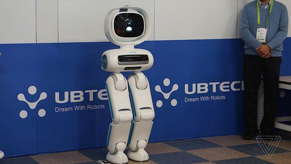CES2018:Ubtech展示会踢球的双足机器人Walker