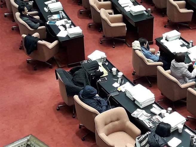 """台当局边睡边""""修法""""遭批 民进党""""立委"""":一起睡啊"""