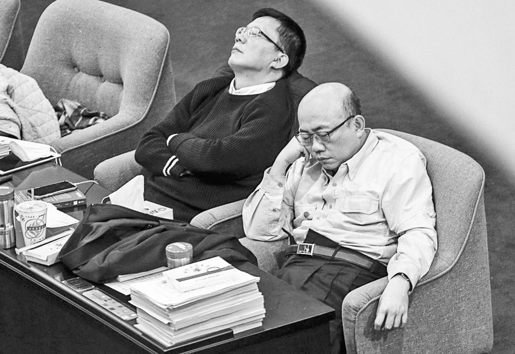 """民进党""""睡觉表决""""修改""""劳基法"""" 蔡英文道歉遭讽""""全世界最廉价"""""""