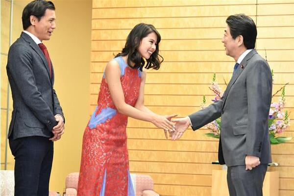 """日本环球小姐拜会,安倍一高兴竟然说出了""""国家机密"""""""