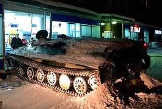 俄男子开装甲车闯超市抢酒 被店员当场活捉