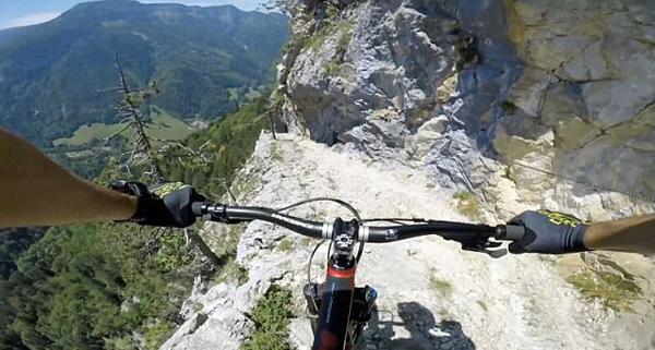 男子阿尔卑斯山俯冲骑行 第一视角体验惊险刺激
