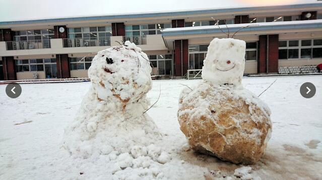 日本熊孩子在教室里烤肉 学校撤走暖炉让学生在雪中冻着上课