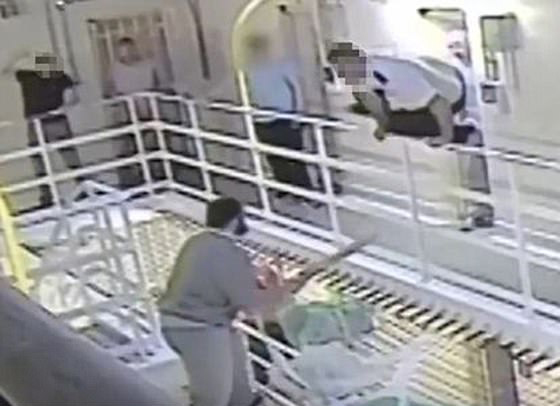 英囚犯自制武器殴打狱警只因被关42小时