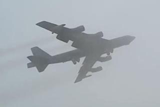 能见度几乎为零 美军战略轰炸机冲破浓雾降落