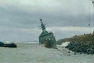 伊朗海军一艘国产护卫舰撞上防波堤