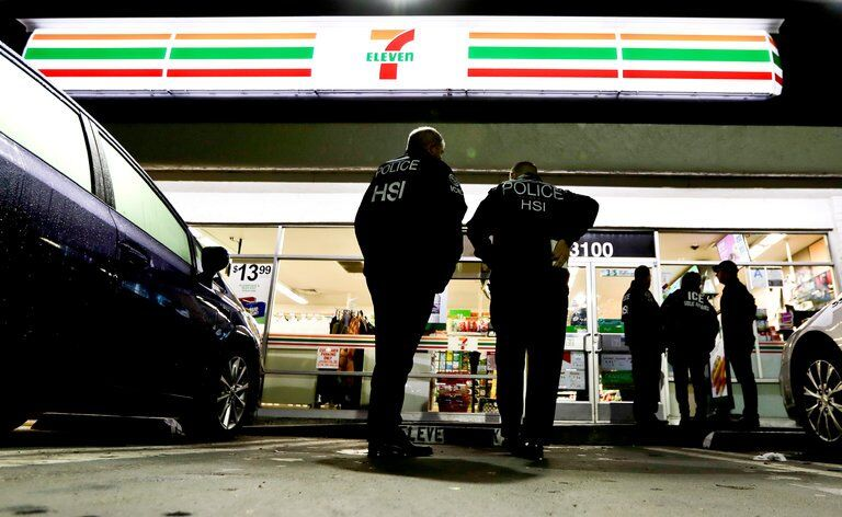 美国官员趁夜色突袭全美17个州近百家便利商店,原因是.......
