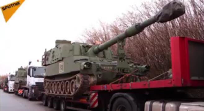 德国交警拦截美国榴弹炮运输车队:违规,不予放行!(图)