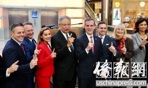 中国侨网洛杉矶市市长贾希提(左起5)与出席新闻发布会的官员们竖起食指,以表示洛杉矶市第一。(美国《侨报》记者邱晨摄)