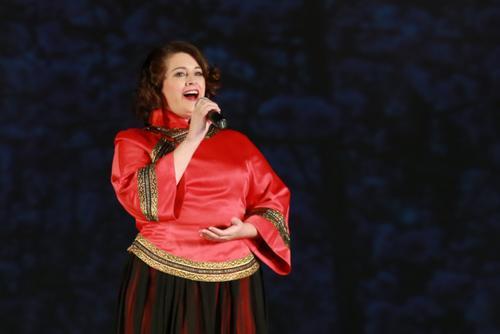 美媒:讲流利中文着中式服装美国白人女孩爱唱中国民歌