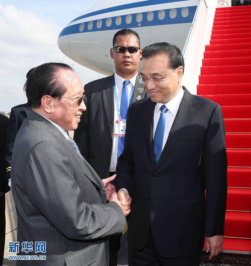 李克强抵达金边 出席澜沧江-湄公河合作第二次领导人会议 并对柬埔寨进行正式访问