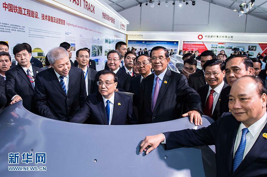 李克强与湄公河五国领导人共同参观澜沧江-湄公河合作成果展