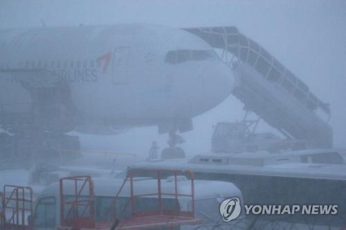 韩济州国际机场跑道因雪暂时关闭 航班运营受阻