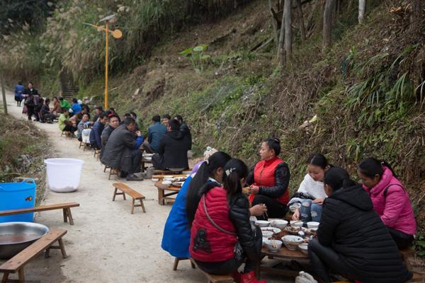 农村婚宴摆马路上 400人吃3天每人50份子钱