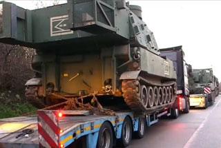 美军自行火炮途径德国被交警拦下 违规不予放行