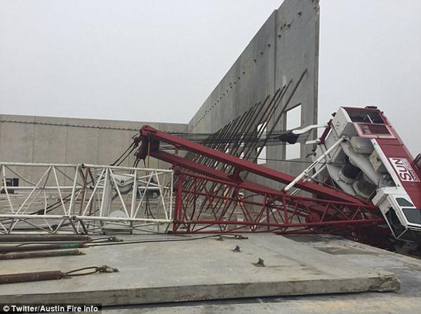 惊险!美国一建筑工地突发吊车塌落事故