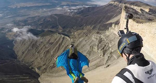 刺激!翼装爱好者高速滑翔尽赏落基山美景