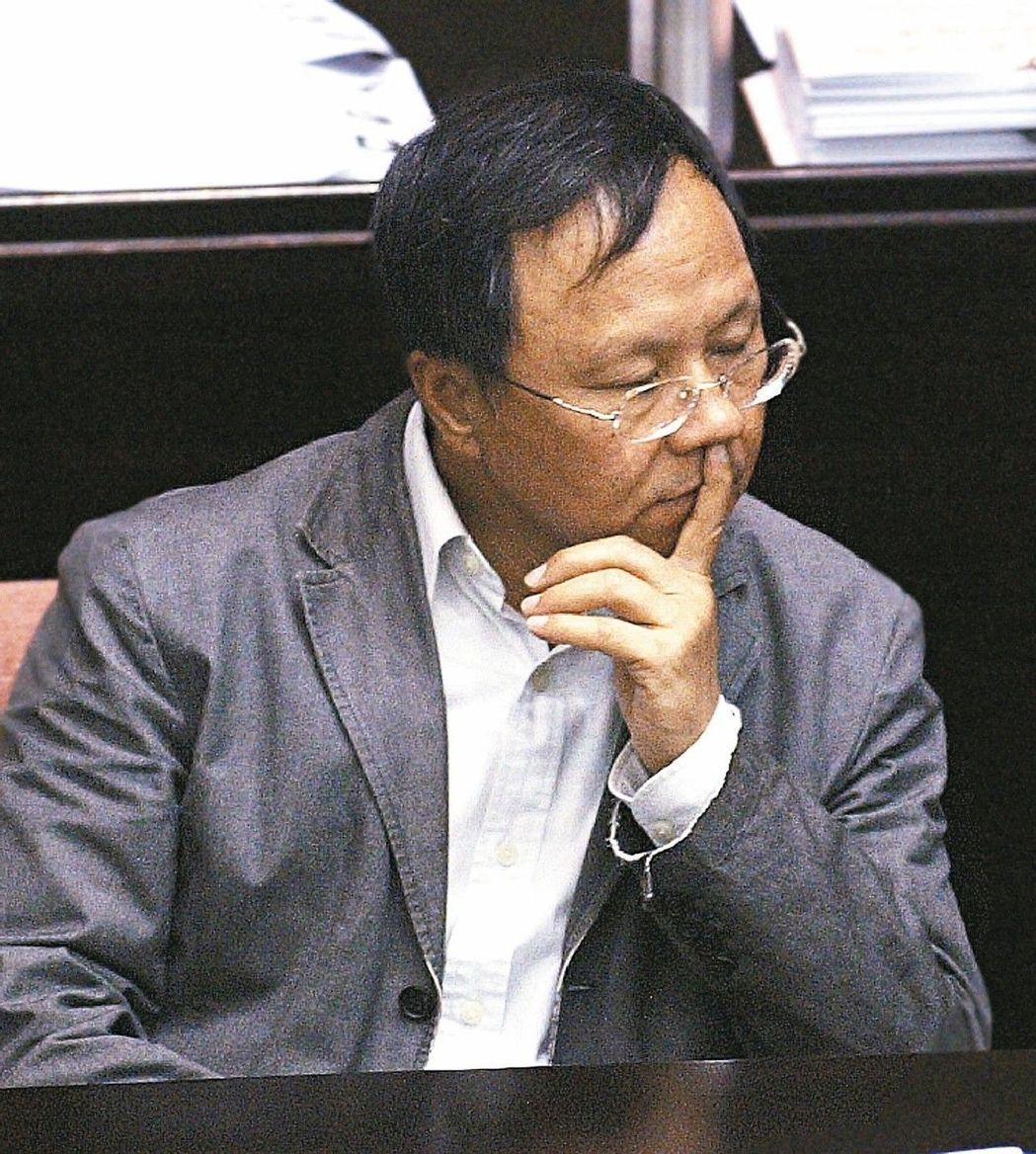 """台立法机构上演现形记 挖鼻孔看漫画睡梦中""""立法"""""""