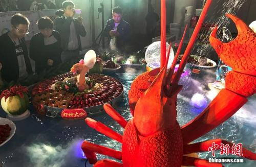 """瑞士活煮龙虾违法民众茫然 如何""""人道""""烹饪?"""