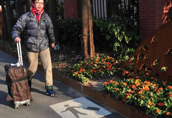 上海首条拉杆箱专用道亮相 方便市民出行