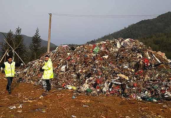 浙江百吨垃圾倒入安徽 重达100吨气味刺鼻