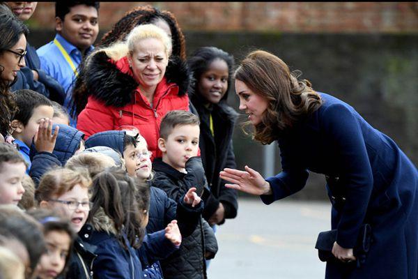 凯特王妃本周挺孕肚踩高跟出席活动 弯腰与儿童亲切互动