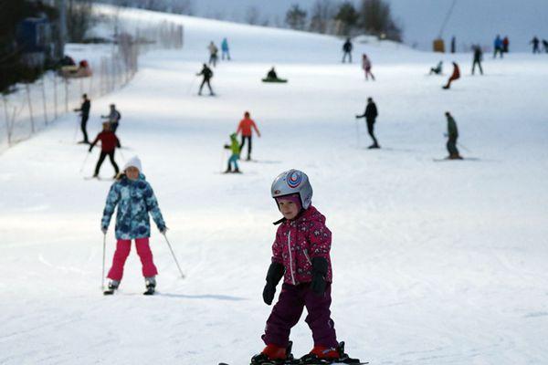 俄罗斯民众滑雪嗨玩 小萌娃上阵有模有样