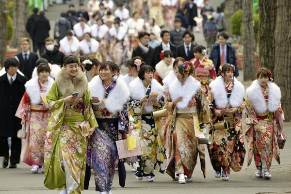 """日本各地庆祝""""成人节"""" 青年女子男子精心打扮"""
