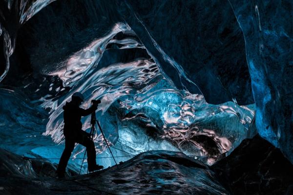 冰岛旅友探秘神奇冰穴 幽蓝深邃恍如科幻世界